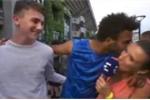 Cưỡng hôn nữ phóng viên trên sóng trực tiếp, tay vợt Pháp bị cấm thi đấu