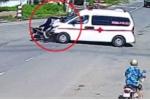 Clip xe cứu thương vượt đèn đỏ, hất tung người đi xe máy lên trời