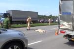 Đâm dải phân cách ngã xuống đường, người phụ nữ bị xe tải cán chết