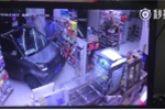 Ngại đỗ xe, tài xế phi thẳng ô tô vào tiệm tạp hóa mua đồ