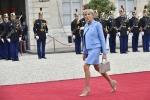 Bộ đồ đi mượn của Đệ nhất phu nhân Pháp trong ngày chồng nhậm chức làm cả thế giới kinh ngạc