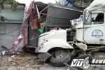 Xe container 'xuyên thủng' 4 nhà dân, 2 người nhập viện