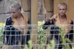 Kristen Stewart táo bạo khi chỉ mặc mỗi áo khoác để che vòng 1