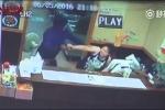 Clip: Tưởng súng giả, bà chủ nhà hàng tay không giật súng của cướp