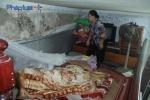 7 người sống trong căn gác 5m2 ở Hà Nội: Thấp thỏm lo nhà sập