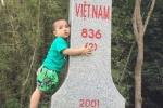 Bé trai 2 tuổi bỗng nhiên ôm chặt cột mốc biên giới Việt-Trung
