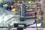 Clip: Đang mua sắm trong siêu thị bị ôtô 'điên' đâm thảm khốc