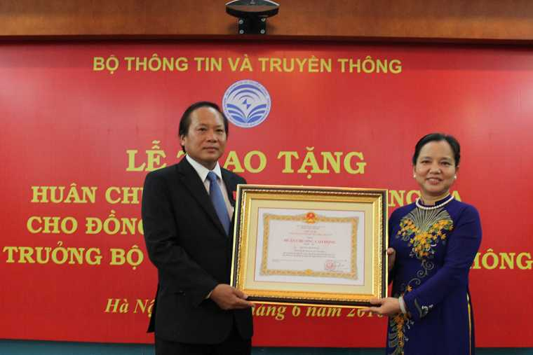 Bo truong Truong Minh Tuan nhan Huan chuong Lao dong hang Ba hinh anh 1