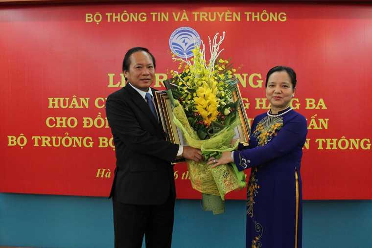Bo truong Truong Minh Tuan nhan Huan chuong Lao dong hang Ba hinh anh 2