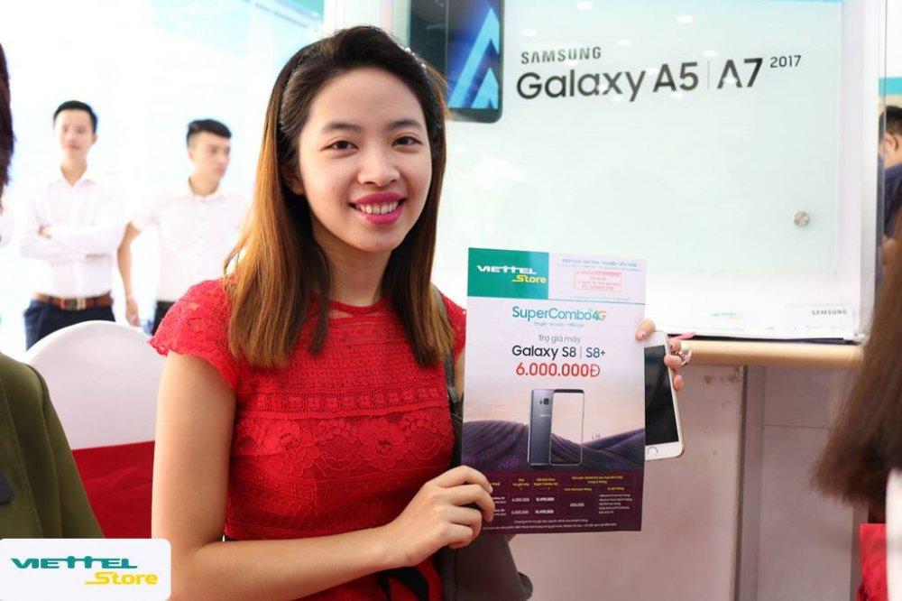 Gioi tre do xo di mua dien thoai Samsung trong ngay dau mo ban 'Super Combo 4G' tai Viettel Store hinh anh 5