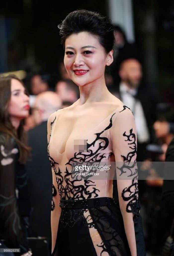 Sao nu mac phan cam, dong gia Pham Bang Bang nao loan tham do Cannes hinh anh 1