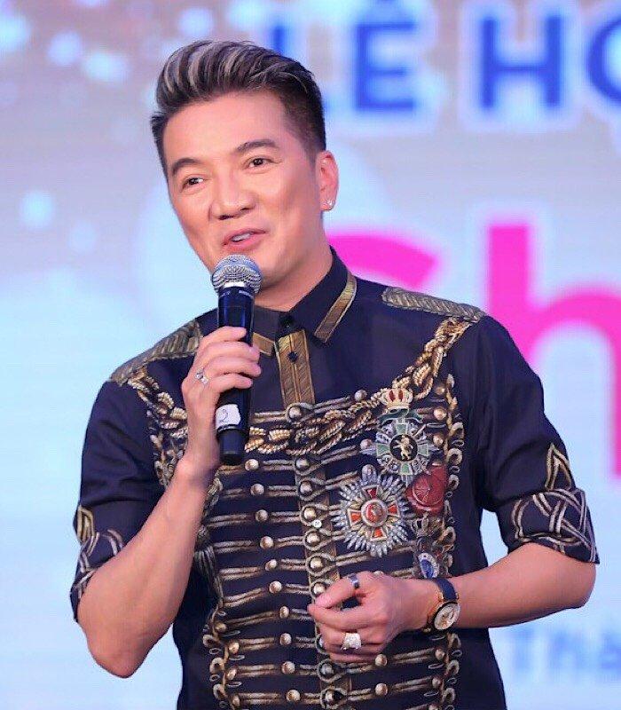 Dam Vinh Hung khong ngai duong xa, nhiet tinh chuc mung nha thiet ke yeu thich hinh anh 1