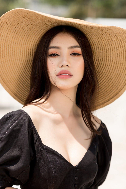Hoa hau Jolie Nguyen dien trang phuc ca tinh, khoe vong 1 goi cam hinh anh 3