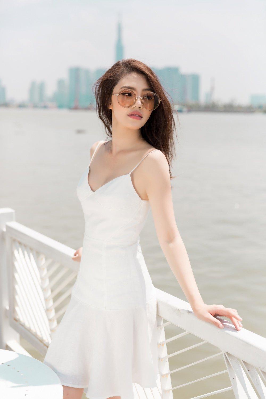 Hoa hau Jolie Nguyen dien trang phuc ca tinh, khoe vong 1 goi cam hinh anh 5