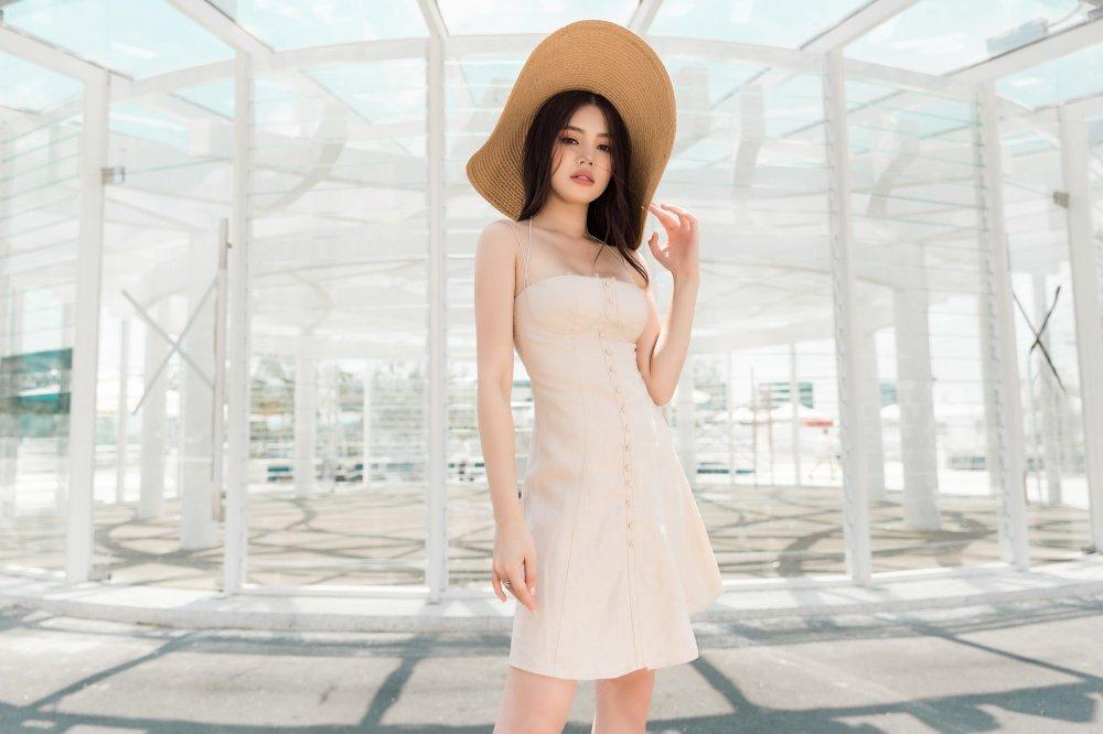 Hoa hau Jolie Nguyen dien trang phuc ca tinh, khoe vong 1 goi cam hinh anh 6