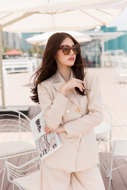 Hoa hau Jolie Nguyen dien trang phuc ca tinh, khoe vong 1 goi cam hinh anh 7