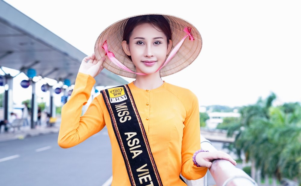 Chi Nguyen mac ao ba ba, mot minh len duong du thi 'Hoa hau Chau A The gioi 2018' hinh anh 1
