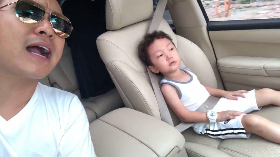 Con trai Tuan Hung hao hung 'quay' tren xe cung bo cuc dang yeu hinh anh 1