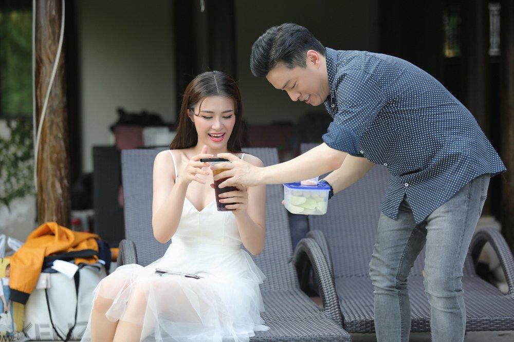Lam Truong tan tinh cham soc, quat mat cho Dong Nhi trong hau truong hinh anh 3