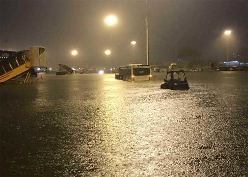 Sân bay Tân Sơn Nhất chìm trong biển nước sau cơn mưa lớn