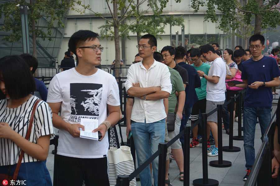 Dan Trung Quoc doi mua xep hang mua iPhone 7 hinh anh 1