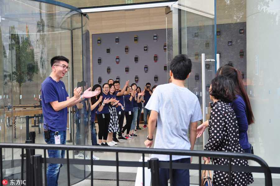 Dan Trung Quoc doi mua xep hang mua iPhone 7 hinh anh 2