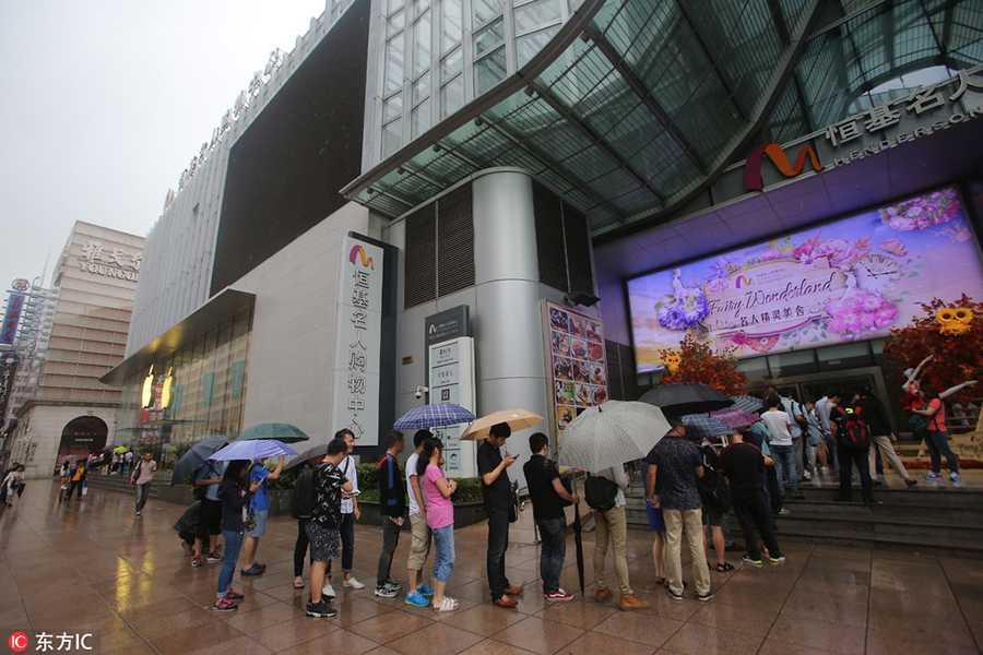 Dan Trung Quoc doi mua xep hang mua iPhone 7 hinh anh 3