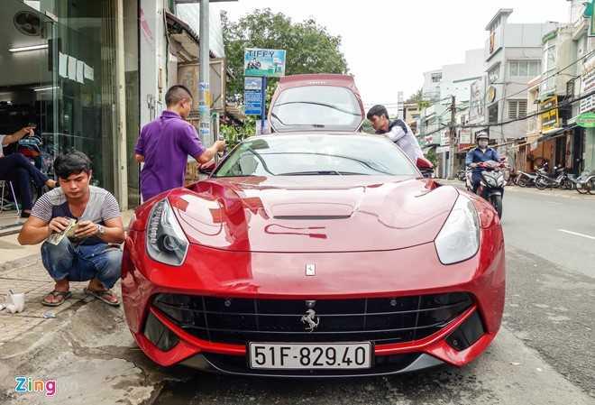Bat ngo sieu xe Ferrari F12 ban do nhap Dubai ra bien so Sai Gon hinh anh 1