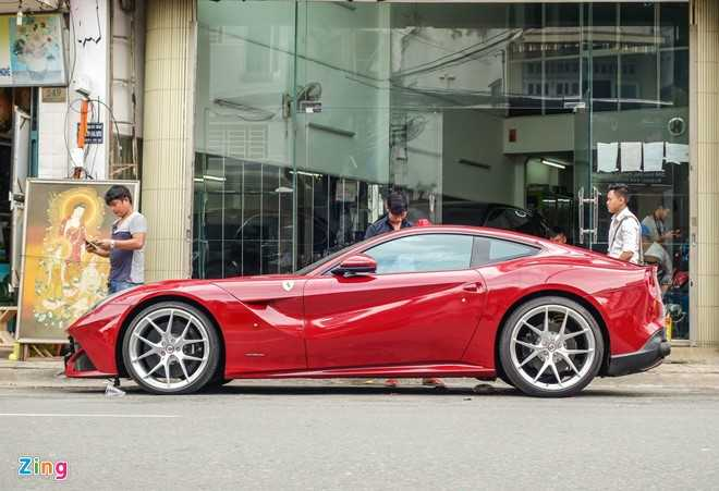 Bat ngo sieu xe Ferrari F12 ban do nhap Dubai ra bien so Sai Gon hinh anh 2