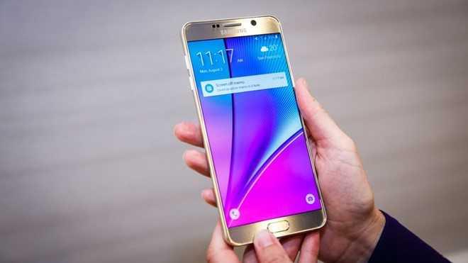 Loat smartphone bom tan 2015 mat gia ra sao? hinh anh 4