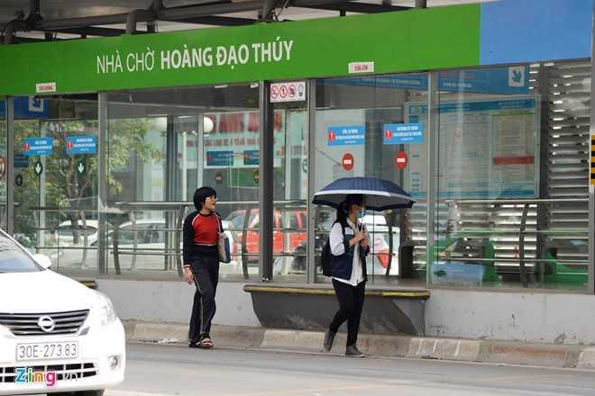 Hanh khach loay hoay tim loi vao nha cho buyt nhanh BRT hinh anh 11