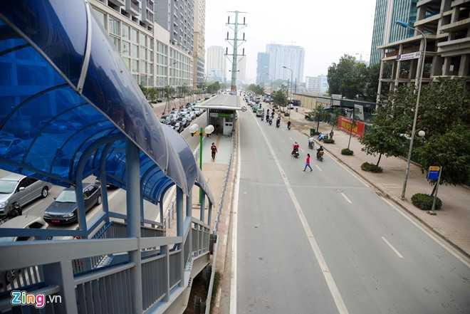 Hanh khach loay hoay tim loi vao nha cho buyt nhanh BRT hinh anh 1