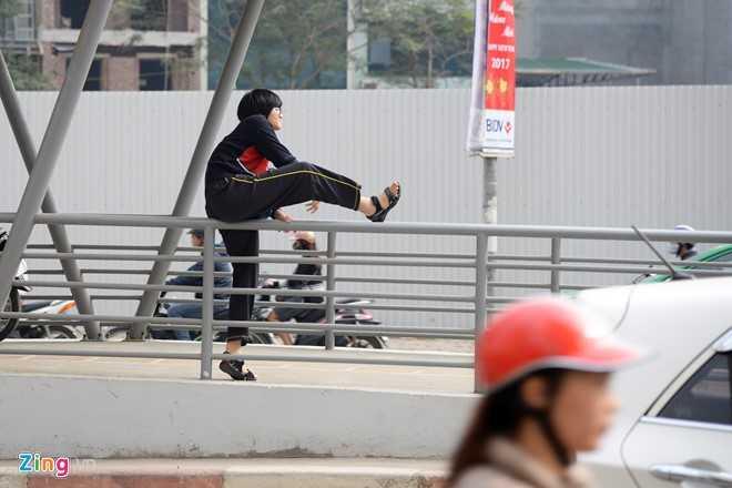 Hanh khach loay hoay tim loi vao nha cho buyt nhanh BRT hinh anh 12