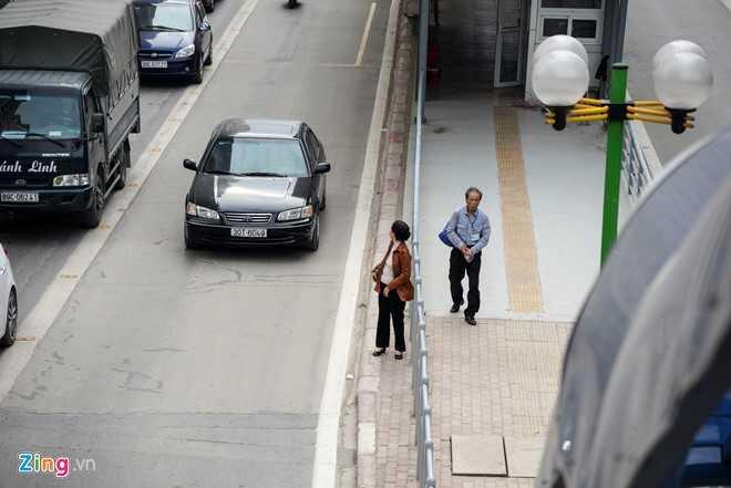 Hanh khach loay hoay tim loi vao nha cho buyt nhanh BRT hinh anh 13