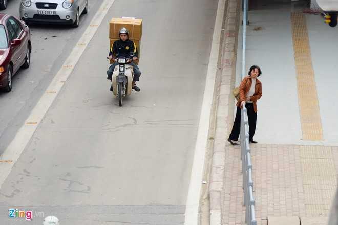 Hanh khach loay hoay tim loi vao nha cho buyt nhanh BRT hinh anh 14