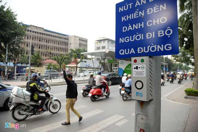 Hanh khach loay hoay tim loi vao nha cho buyt nhanh BRT hinh anh 15