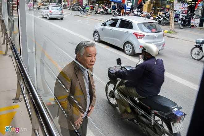Hanh khach loay hoay tim loi vao nha cho buyt nhanh BRT hinh anh 5