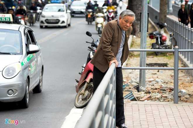 Hanh khach loay hoay tim loi vao nha cho buyt nhanh BRT hinh anh 4