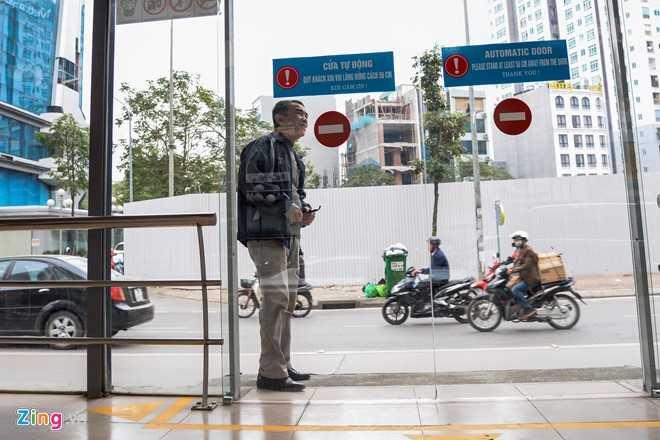 Hanh khach loay hoay tim loi vao nha cho buyt nhanh BRT hinh anh 6