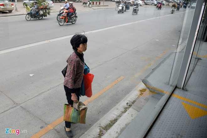 Hanh khach loay hoay tim loi vao nha cho buyt nhanh BRT hinh anh 7