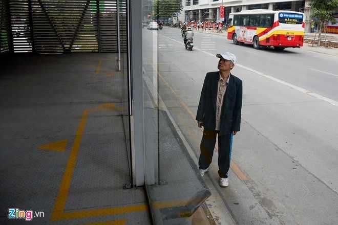 Hanh khach loay hoay tim loi vao nha cho buyt nhanh BRT hinh anh 8