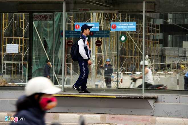 Hanh khach loay hoay tim loi vao nha cho buyt nhanh BRT hinh anh 10