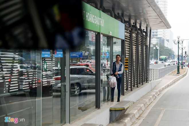 Hanh khach loay hoay tim loi vao nha cho buyt nhanh BRT hinh anh 3