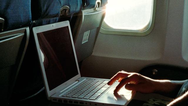 Lo khung bo, My va Anh cam mang laptop len may bay hinh anh 1