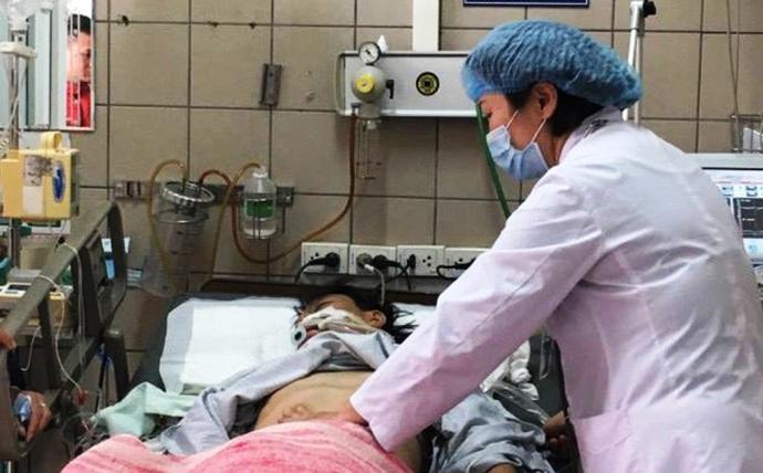 Cap cuu 7 thanh nien nghi ngo doc Methanol trong ruou hinh anh 1