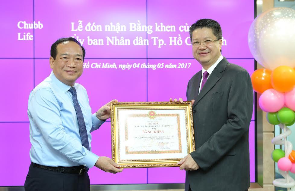 Chubb Life Viet Nam nhạn bang khen cua Uy ban Nhan danTP.HCM hinh anh 1