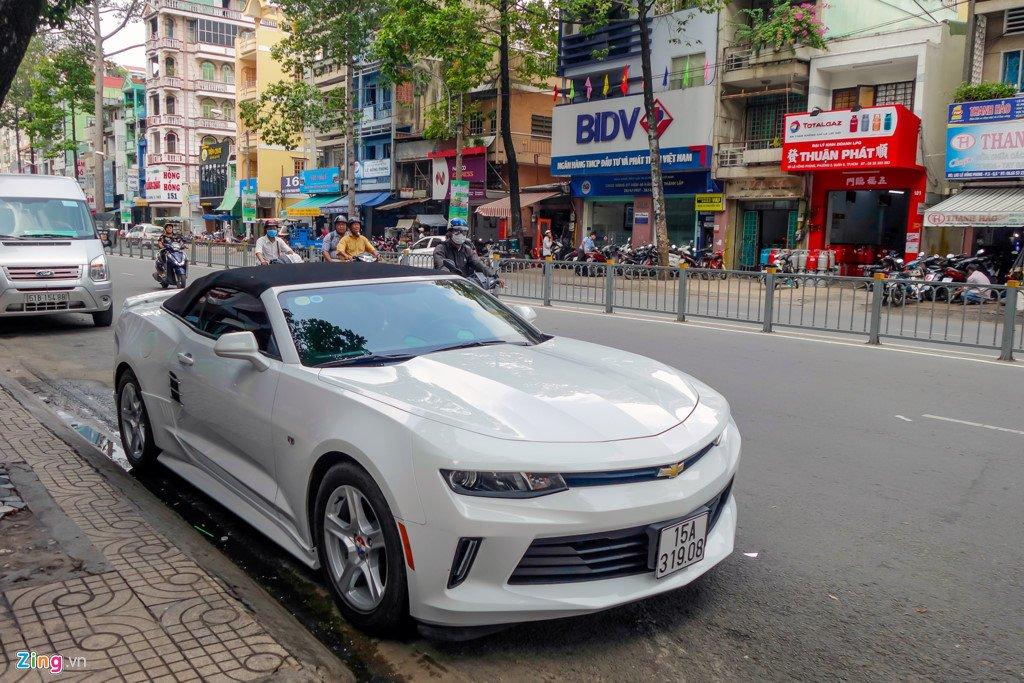 Xe the thao mui tran Chevrolet Camaro 2017 dau tien tren duong Sai Gon hinh anh 2