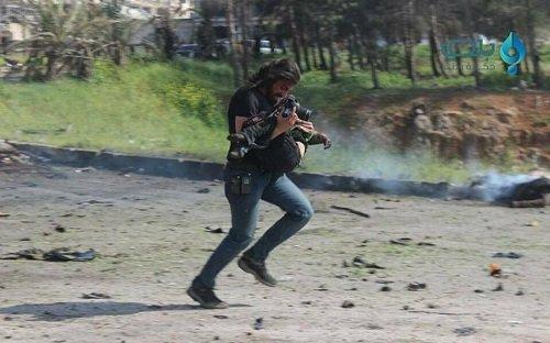 Phong vien quy goi khoc tuyet vong truoc thi the em be Syria trung bom hinh anh 2