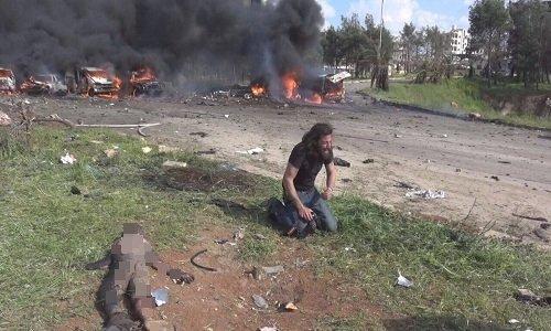 Phong vien quy goi khoc tuyet vong truoc thi the em be Syria trung bom hinh anh 1