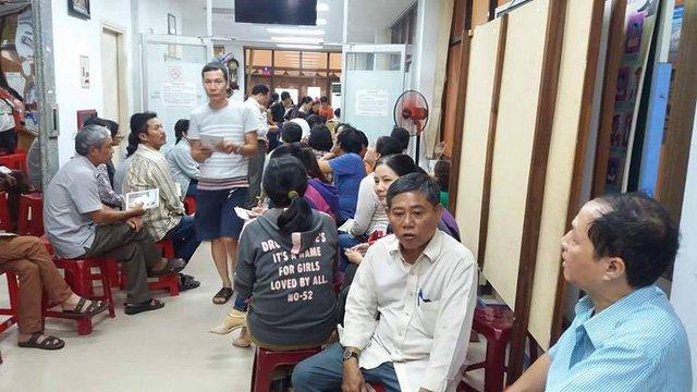 Phu huynh chen chan xep hang dang ky hoc them he cho con o TP.HCM hinh anh 3